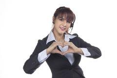 Donna sorridente di affari che mostra mano nel segno di amore, forma del cuore C Fotografia Stock
