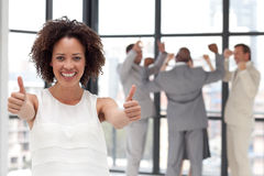 Donna sorridente di affari che mostra spirito di squadra Fotografie Stock