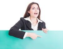 Donna sorridente di affari che mostra un cartone vuoto verde Fotografia Stock Libera da Diritti