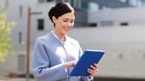 Donna sorridente di affari con il pc della compressa in città stock footage