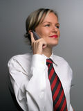 Donna sorridente di affari con il telefono delle cellule fotografia stock libera da diritti
