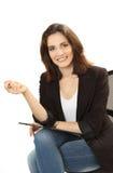 Donna sorridente di affari con la cartella e la penna in cha dell'ufficio Fotografie Stock