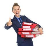 Donna sorridente di affari con la pila di documenti Immagini Stock Libere da Diritti