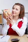 Donna sorridente di affari con piggy Immagini Stock
