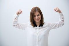 Donna sorridente di affari le che mostra forza immagine stock libera da diritti