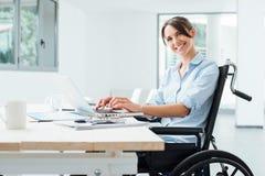 Donna sorridente di affari in sedia a rotelle immagini stock libere da diritti