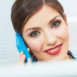 Donna sorridente di affari sul telefono all'ufficio Chiuda su porto femminile Immagini Stock