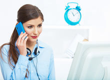 Donna sorridente di affari sul telefono all'ufficio Chiuda su porto femminile Immagini Stock Libere da Diritti