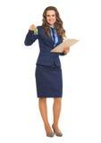 Donna sorridente di agente immobiliare con la lavagna per appunti che fornisce le chiavi Fotografia Stock Libera da Diritti