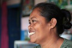 Donna sorridente di balinese nella sua casa Immagini Stock Libere da Diritti