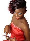 donna sorridente di bellezza che per mezzo della compressa digitale Fotografia Stock Libera da Diritti