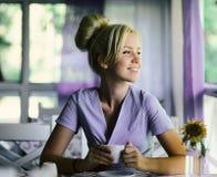 Donna sorridente di buon umore con la tazza di caffè fotografia stock libera da diritti