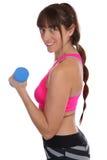 Donna sorridente di forma fisica ad addestramento di allenamento di sport con la testa di legno s Fotografie Stock Libere da Diritti