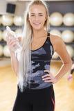 Donna sorridente di forma fisica in attrezzatura di allenamento alla palestra Fotografia Stock Libera da Diritti