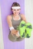 Donna sorridente di forma fisica sull'allungamento della stuoia di forma fisica Fotografia Stock Libera da Diritti