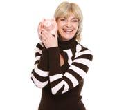 Donna sorridente di Medio Evo che tiene banca piggy Immagini Stock Libere da Diritti