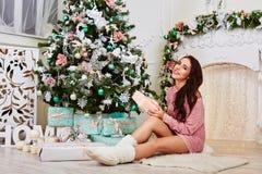 Donna sorridente di Santa di giovane bellezza vicino al fotografia stock