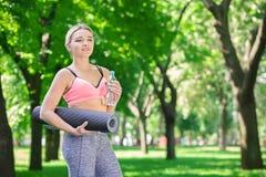 Donna sorridente dopo addestramento di yoga Fotografia Stock