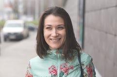 Donna sorridente dopo l'acquisto immagine stock
