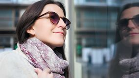 Donna sorridente europea del compratore del primo piano che gode della compera considerando vetrina di vetro del negozio archivi video