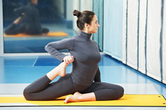 Donna sorridente felice all'esercitazione relativa alla ginnastica di forma fisica Immagini Stock