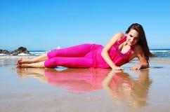 Donna sorridente felice alla spiaggia Fotografia Stock Libera da Diritti