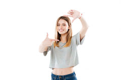Donna sorridente felice che incornicia il suo fronte con le sue mani Immagine Stock Libera da Diritti