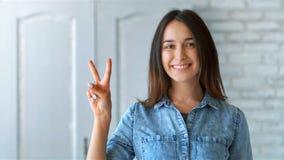 Donna sorridente felice che mostra felicità e che gesturing all'interno archivi video