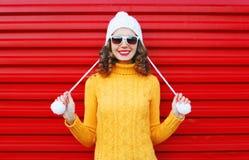 Donna sorridente felice che porta un maglione giallo tricottato variopinto Immagine Stock