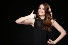 Donna sorridente felice con il pollice sul gesto Fotografia Stock
