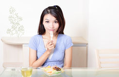 Donna sorridente felice con insalata nel paese Immagini Stock Libere da Diritti