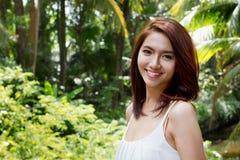 Donna sorridente felice con l'atteggiamento positivo Fotografie Stock Libere da Diritti