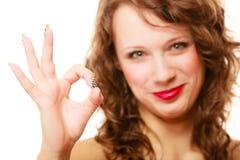 Donna sorridente felice con la mostra del gesto giusto del segno isolata Fotografia Stock