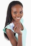 Donna sorridente felice con la sua carta di credito immagine stock