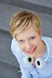 Donna sorridente felice con le cuffie Fotografia Stock Libera da Diritti