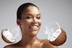 Donna sorridente felice con una pelle bagnata dal latte dei cocnut Immagini Stock Libere da Diritti