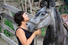 Donna sorridente felice del ritratto con il cavallo Immagini Stock
