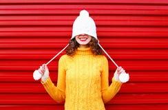 Donna sorridente felice del ritratto giovane che porta un maglione tricottato variopinto Fotografie Stock Libere da Diritti