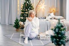 Donna sorridente felice della ragazza in atmosfera di Natale Festa di Natale fotografia stock