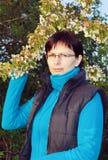 Donna sorridente felice di medio evo all'aperto con l'albero Immagine Stock Libera da Diritti