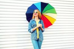 Donna sorridente felice di modo con l'ombrello variopinto, sogni su bianco immagini stock libere da diritti