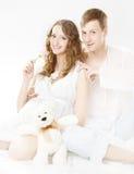 Donna sorridente felice incinta con il marito fotografia stock