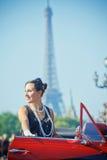 Donna sorridente felice in un'automobile. Romantico a Parigi. Fotografie Stock