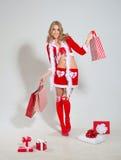 Donna sorridente felice in vestiti del Babbo Natale Immagini Stock