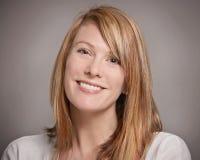 Donna sorridente graziosa Fotografia Stock