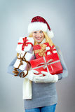 Donna sorridente graziosa con il regalo di natale fotografia stock