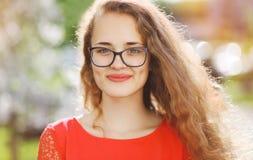 Donna sorridente incantante in vetri Fotografia Stock Libera da Diritti