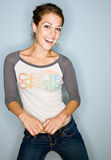 Donna sorridente in jeans Immagini Stock Libere da Diritti