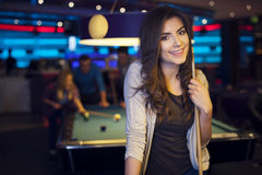 Donna sorridente nel club di billard Fotografia Stock