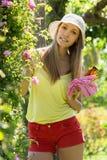 Donna sorridente nel giardinaggio dell'iarda fotografia stock libera da diritti